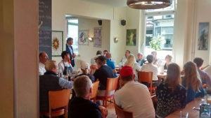 Haus5-Geschäftsführer Dieter Sanlier spricht zu den geladenen Gästen über das Projekt Gemeinschaftsverpflegung