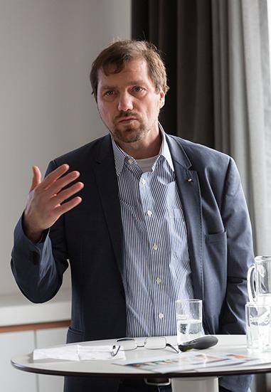 Dieter Sanlier von Haus5 hält einen Vortrag